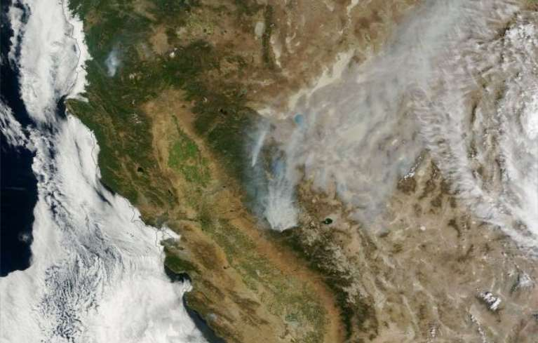 NASA image showing smoke plumes blowing north/northeast from Rim Fire outside Yosemite National Park